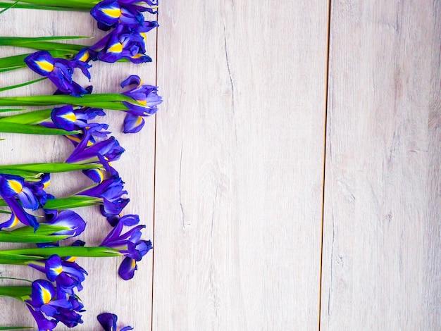 Flores roxas em fundo de madeira