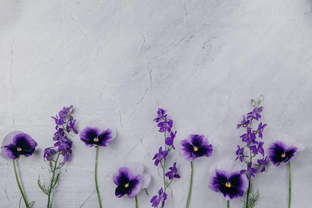 Flores roxas em um fundo de mármore