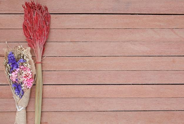 Flores secas arbusto em um fundo de prancha de madeira