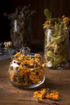 Flores secas de calêndula em uma jarra de vidro