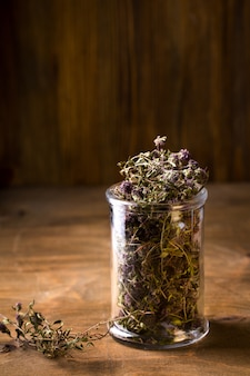 Flores secas de tomilho em uma jarra de vidro