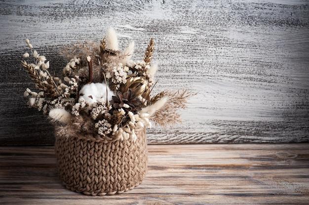 Flores secas decorativas em arranjo minimalista