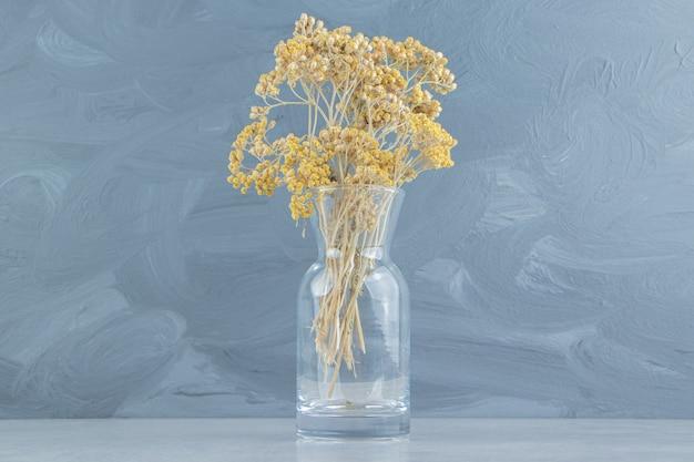 Flores secas em frasco de vidro.