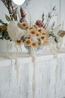 Flores secas em um vaso, composição elegante de flores para decoração de interiores para casa