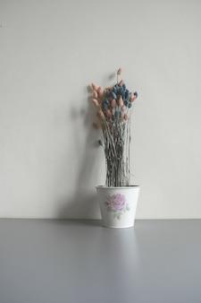Flores secas em uma panela
