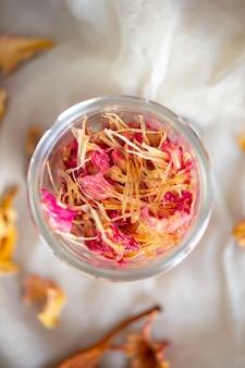 Flores secas em vaso de vidro vista superior