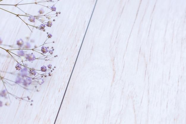 Flores secas na superfície de madeira, foco seletivo, clima de primavera