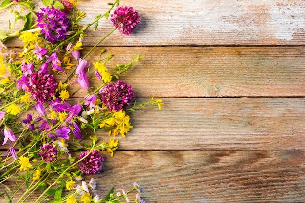 Flores silvestres em um fundo vintage rústico de madeira