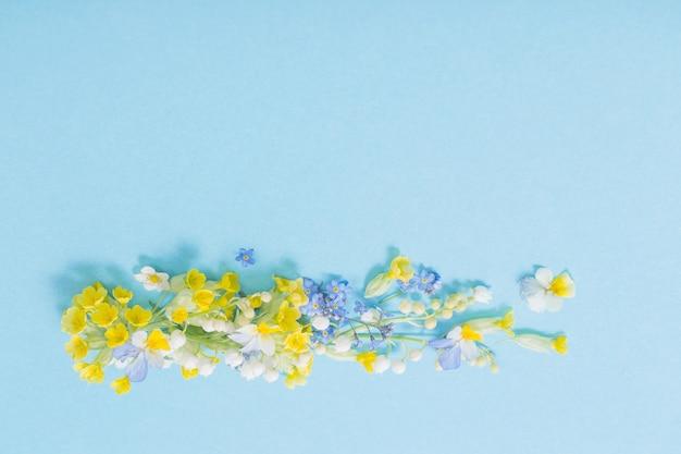 Flores silvestres na parede de papel
