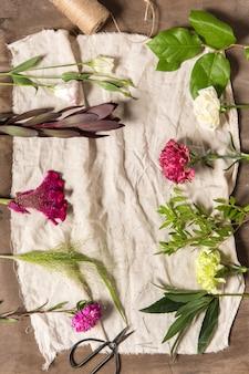 Flores sobre fundo branco de madeira