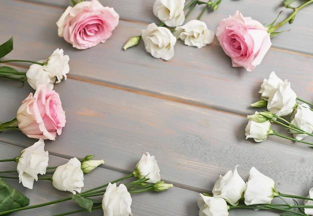 Flores sobre fundo cinza