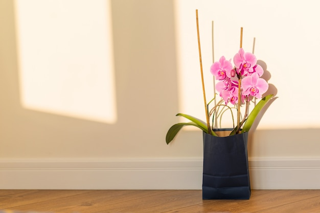 Flores surpresa no saco de presentes