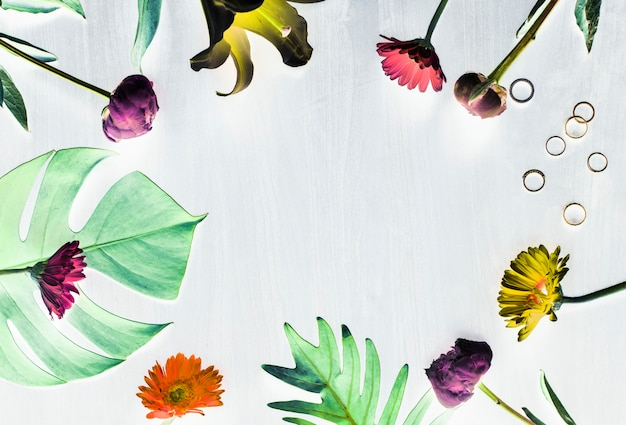 Flores tropicais e espaço de design de folhas