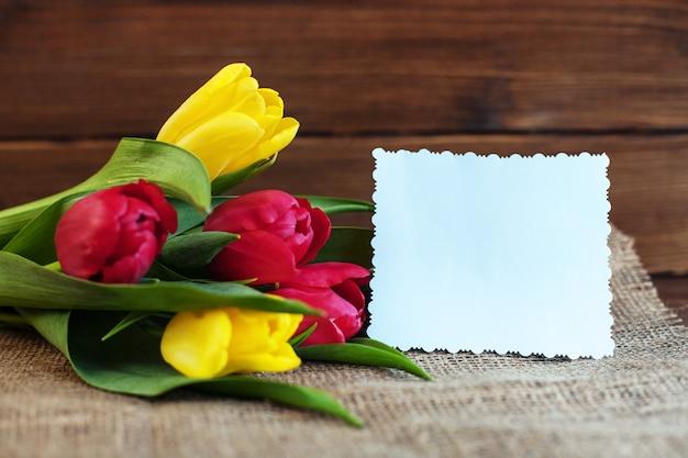 Flores tulipas e saudação. conceito de férias, aniversário, easte