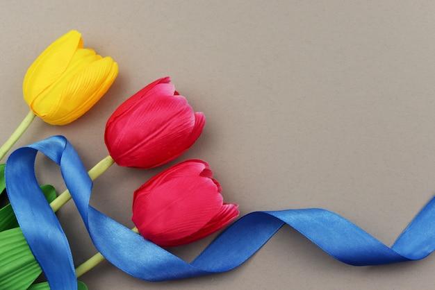 Flores tulipas vermelhas e amarelas