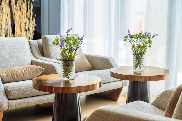 Flores verdes e flores roxas em vaso na mesa na sala de estar
