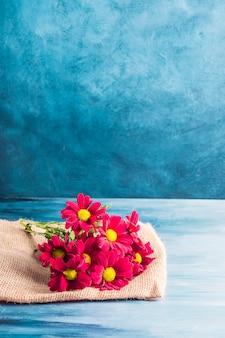 Flores vermelhas na lona na mesa
