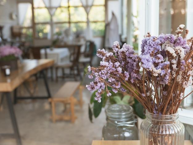 Flores vintage na mesa de madeira no café