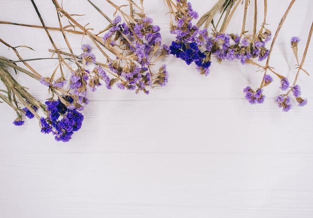 Flores violetas em fundo de madeira