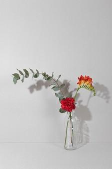 Florescendo em um vaso na mesa
