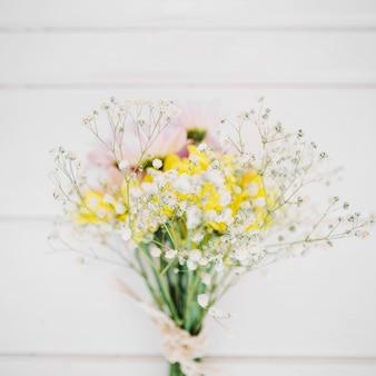 Florescente ramo de flores silvestres