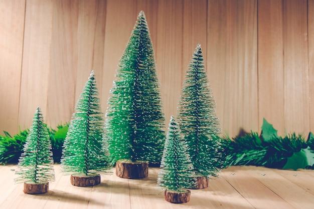 Floresta de árvore de natal o fundo de madeira do ornamento.