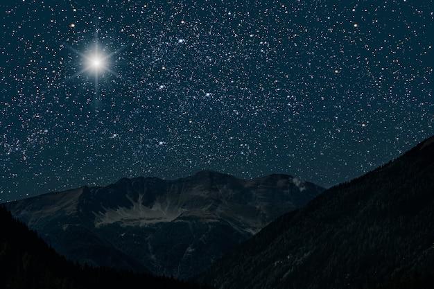 Floresta de montanha à noite, céu com estrelas