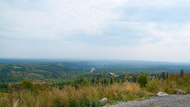 Floresta de outono e nuvens de uma visão aérea. foco seletivo