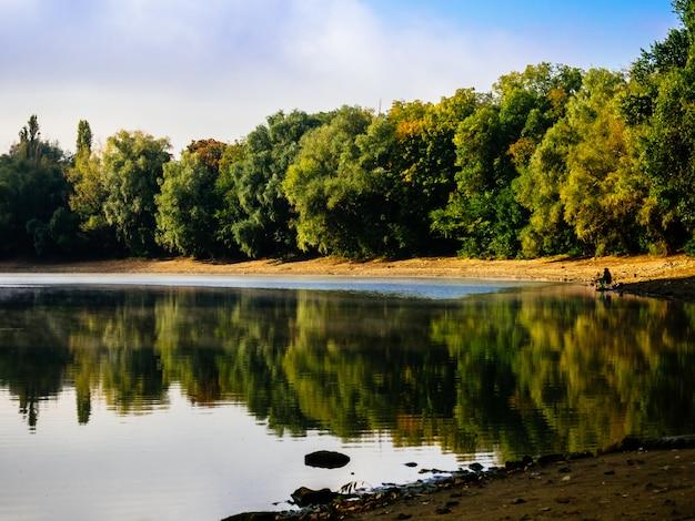 Floresta de outono é refletida no lago
