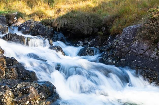 Floresta, riacho, cachoeira, ligado, andar rotas, cima, para, a, paisagem montanha, cader, idris, gales