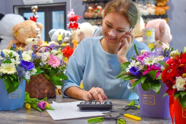 Floricultura. fazendo um buquê de flores.