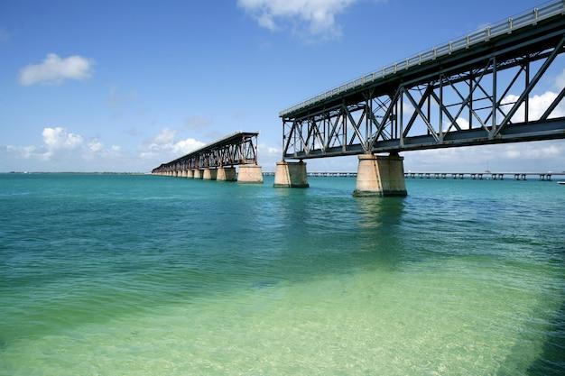 Florida chaves quebradas ponte, água azul-turquesa
