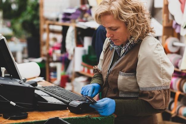 Florista com roupas profissionais em uma loja