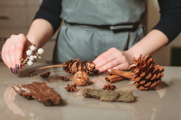 Florista criando closeup de decoração de natal