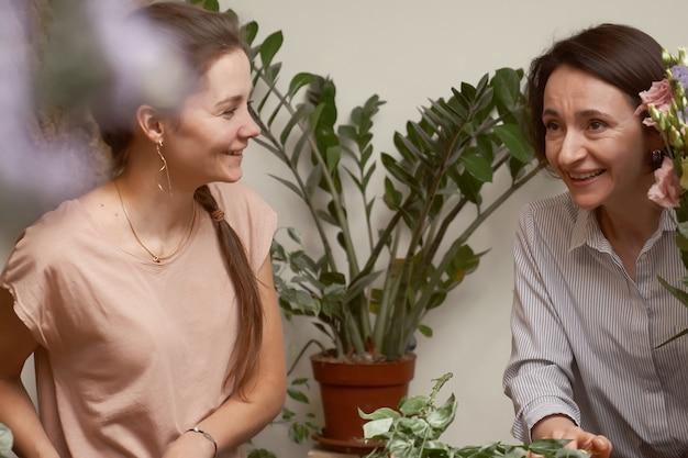 Florista de mulheres jovens em seu estúdio fazendo um lindo buquê