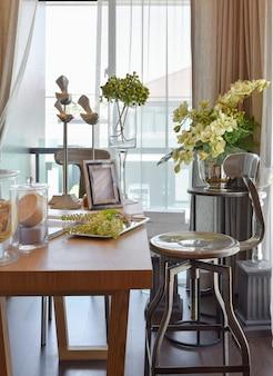 Florista em casa. flores e acessórios na mesa de madeira