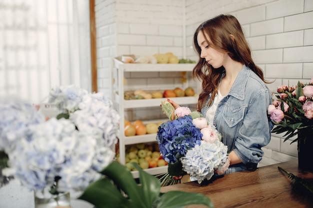 Florista em uma loja de flores, fazendo um buquê