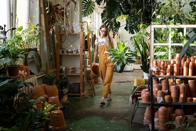 Florista empresária trabalhando em loja de plantas domésticas