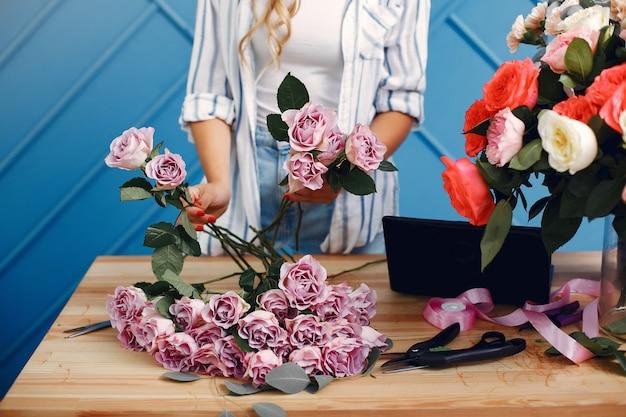 Florista faz um lindo buquê em um estúdio
