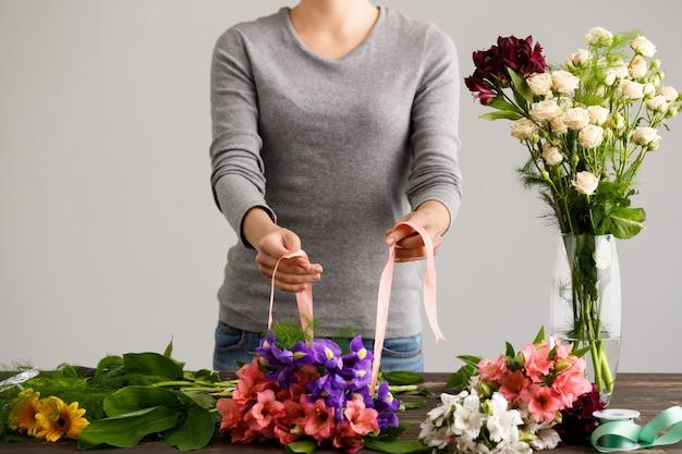 Florista fazendo buquê de flores em um vaso