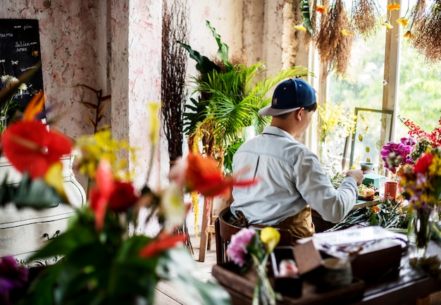 Florista, fazendo um arranjo de flores em uma loja de flores