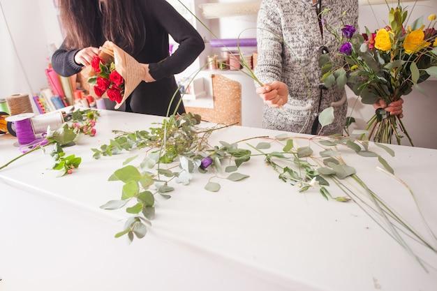 Florista fazendo um buquê