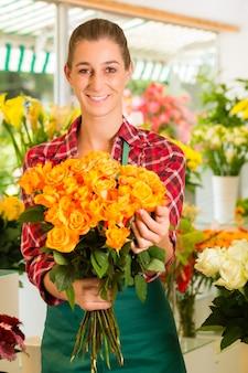 Florista feminina em floricultura
