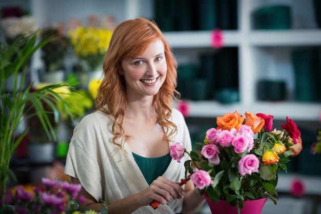 Florista feminina preparando buquê de flores