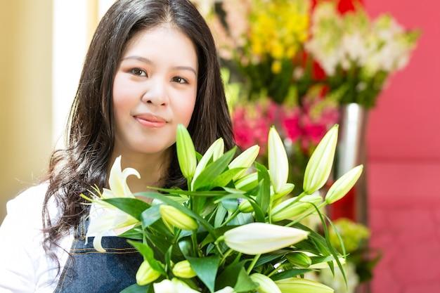 Florista feminina segurando um buquê