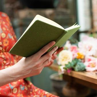 Florista lendo livro na floricultura
