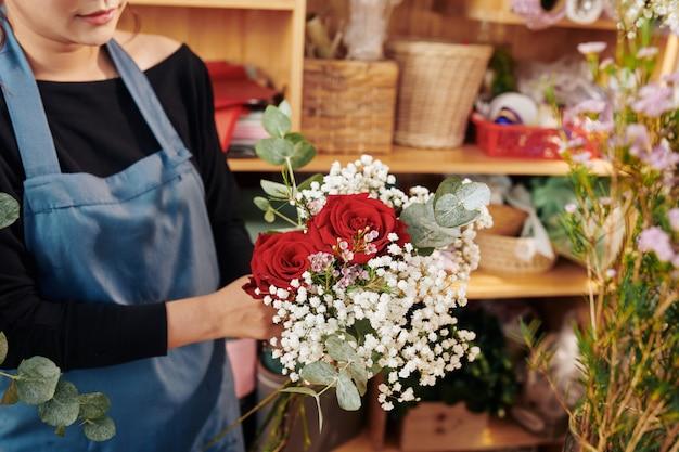 Florista, mostrando o lindo buquê