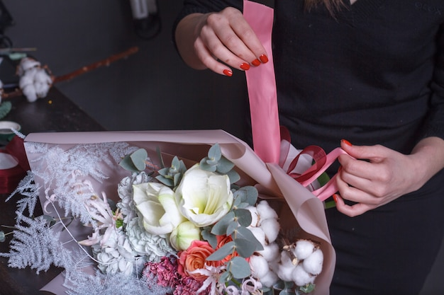 Florista mulher faz um buquê