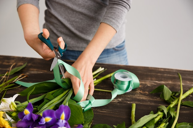 Florista mulher fazer buquê, cortar decore a fita