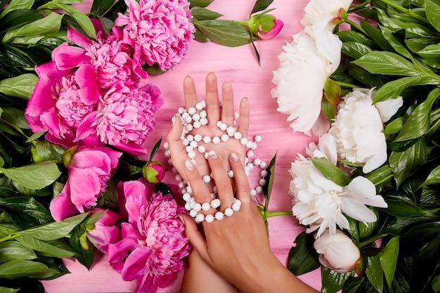 Florista no trabalho com flores e colar